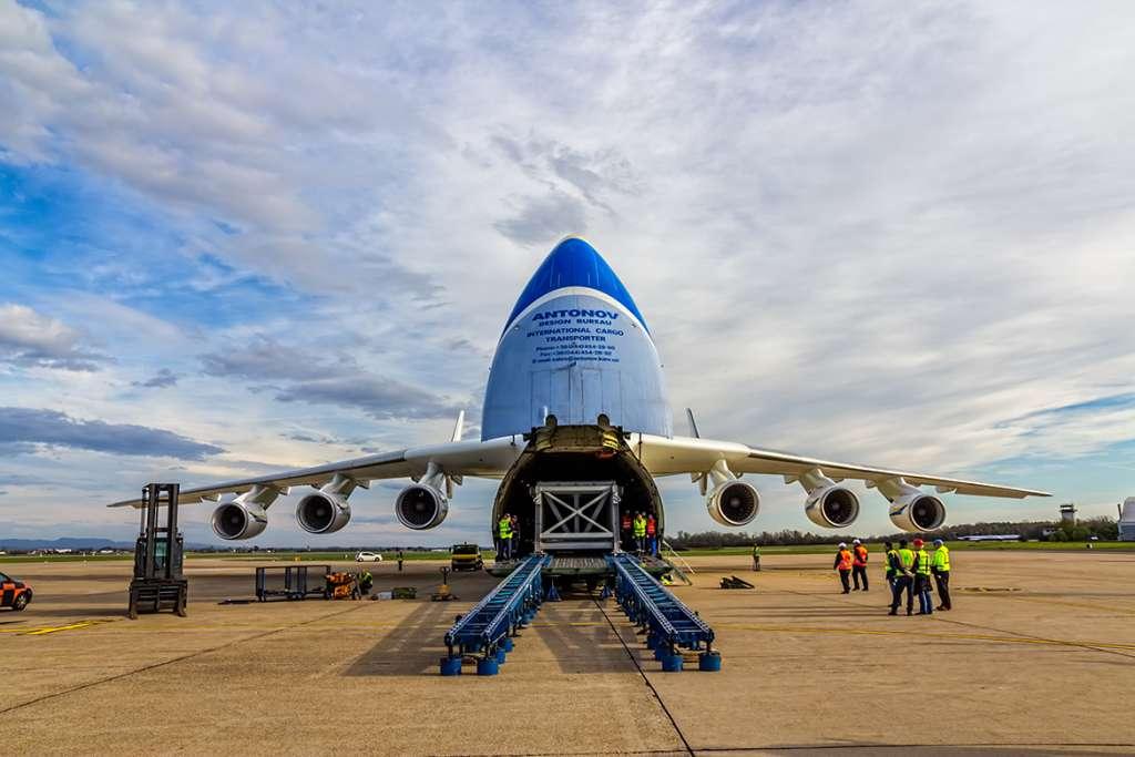 ¿Cuantas toneladas puede transportar un avión de carga aérea?